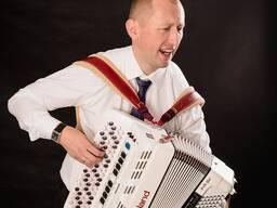 Баянист-вокалист Андрей Шинявский на праздник.