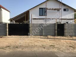 Бетонный забор с воротами и калиткой
