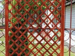 Цветочник деревянный с решеткой.