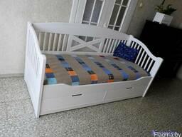 Диван-кровать с ящиками из массива.