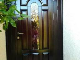 Двери входные деревянные.