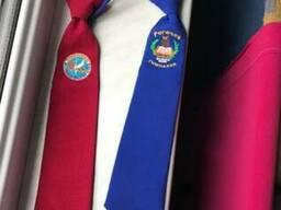 Галстуки и косынки с фирменным логотипом