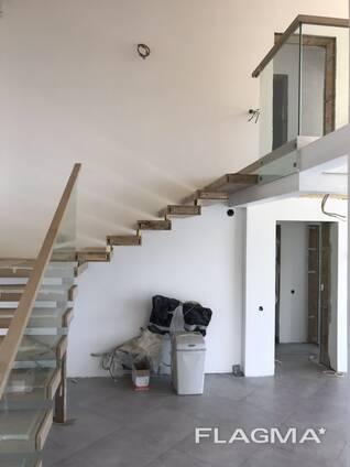 Лестница из массива дерева и металла