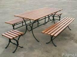 Кованые столы и скамейки.