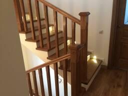Лестницы из массива дуба, ясеня