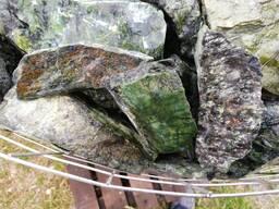 Натуральный природный камень Змеевик (рваный)