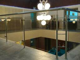 Ограждения (перила) из стекла для лестниц, крылец, балконов