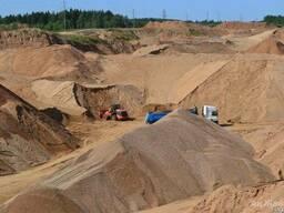 Песок, сеянный песок, мелкий камень.