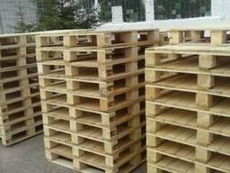 Поддоны деревянные , дрова колотые в контейнерах и корзинках