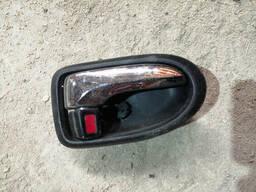Ручка внутренняя двери передней правой на Mazda 626 GW
