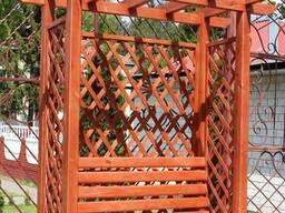Скамейка пергола с решеткой.