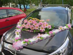 Украшения на свадебное авто в классическом розовом.