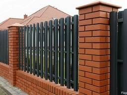 Забор из кирпичных столбов со штакетником