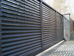 Забор из металлического оцинкованного штакетника, ворота